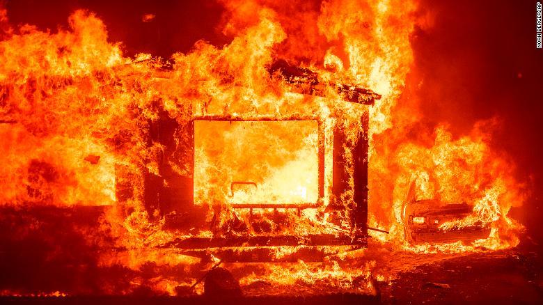 O casă mobilă și o mașină arde la Spanish Flat Mobile Villa, în timp ce Complexul Fulger LNU a lansat lacrimi în județul Napa neîncorporat, California, marți.