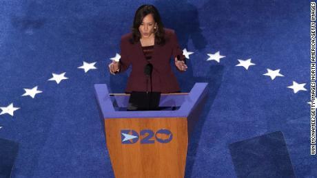 La candidata demócrata a la vicepresidencia, la senadora estadounidense Kamala Harris (D-CA), habla en la tercera noche de la Convención Nacional Demócrata desde el Chase Center el 19 de agosto de 2020 en Wilmington, Delaware. (Foto de Win McNamee / Getty Images)