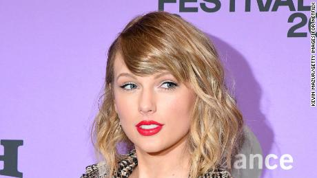 Taylor Swift Donates To London Student Vitoria Mario S College Fund Cnn