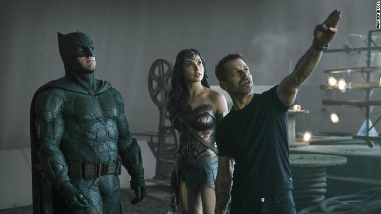Ben Affleck, Gal Gadot dan sutradara Zack Snyder di lokasi syuting & # 39; Justice League. & # 39;