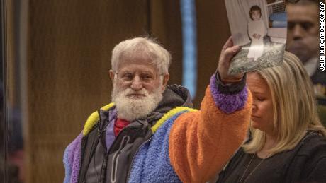 John Milne tient une photo de son fils, Sayyad Milne, qui a été tué dans les attaques, lors de sa déclaration de la victime à Christchurch, Nouvelle-Zélande, le 26 août 2020.