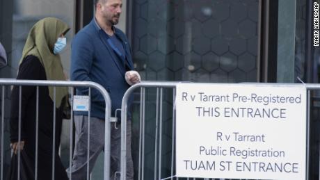 Le survivant de la fusillade à la mosquée Temel Atacocugu arrive à la Haute Cour de Christchurch pour le troisième jour de l'audience de détermination de la peine pour l'Australien Brenton Tarrant, à Christchurch, Nouvelle-Zélande, le 26 août 2020.