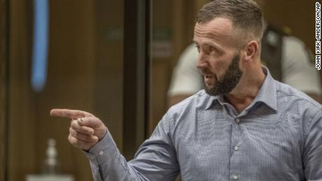 Nathan Smith fait un geste en faisant une déclaration de la victime lors de l'audience de détermination de la peine de Brenton Tarrant le 25 août 2020.