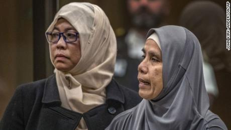 Noraini Abbas Milne, à droite, mère de Sayyad, victime de la fusillade à la mosquée, âgée de 14 ans, fait sa déclaration de victime le 25 août 2020.
