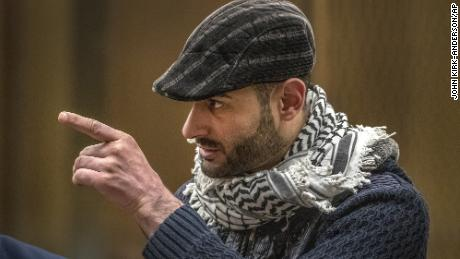 Le survivant de la fusillade à la mosquée, Khaled Alnobani, montre du doigt le tireur, l'Australien Brenton Harrison Tarrant, 29 ans, le 24 août 2020.