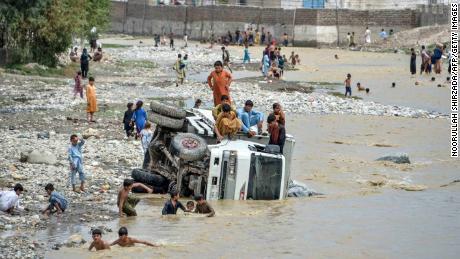Des dizaines de maisons et de véhicules ont été détruits lors des inondations, et le nombre de casultes pourrait être plus élevé, préviennent les responsables.