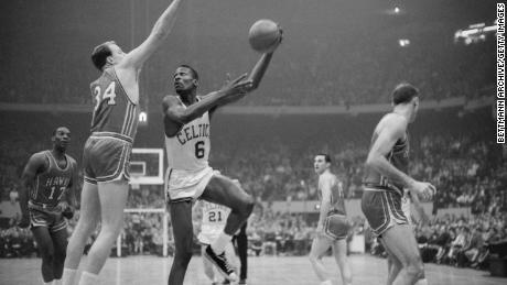 El jugador de los Boston Celtics, Bill Russell, durante un juego de campeonato de la NBA de 1960 contra los Saint Louis Hawks.