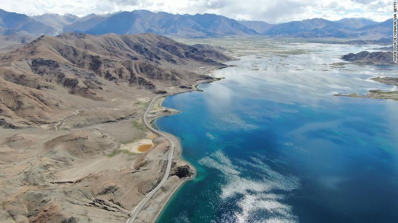 Foto udara yang diambil pada 3 Agustus 2019 menunjukkan jalan di sepanjang danau Pangong Tso di Daerah Otonomi Tibet China barat daya.