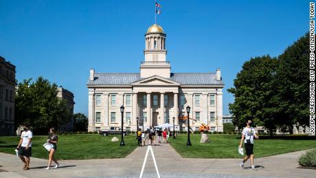 Nu a existat niciun test obligatoriu la Universitatea din Iowa.  Au urmat proteste și respingeri