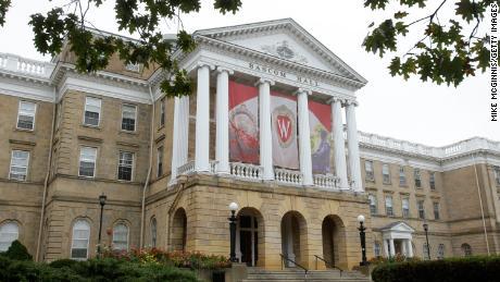 Universitatea din Wisconsin-Madison restricționează studenții și studenții.  mișcare timp de 2 săptămâni, pe măsură ce numărul cazurilor de Covid-19 crește