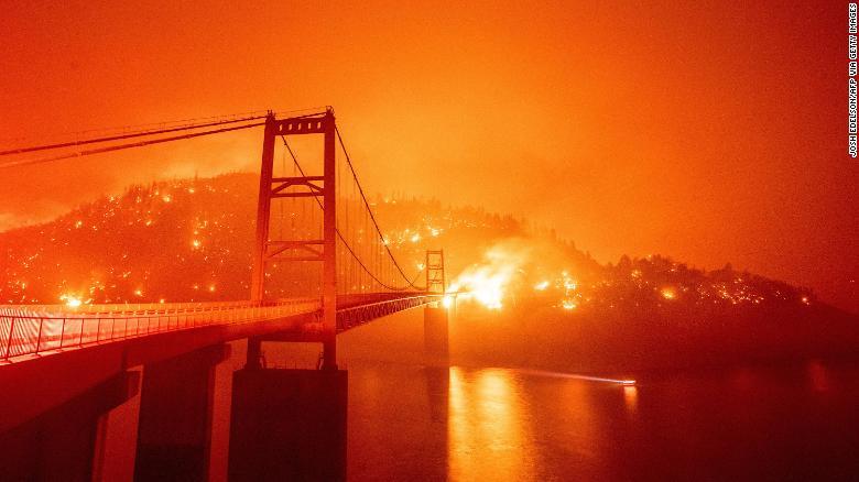 周三,大火包围了Oroville地区的Bidwell酒吧大桥。