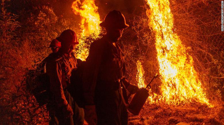 Mill Creek Hotshots于9月13日(星期日)在加利福尼亚州阿卡迪亚进行了焚烧,以保护房屋免受山猫大火的伤害。