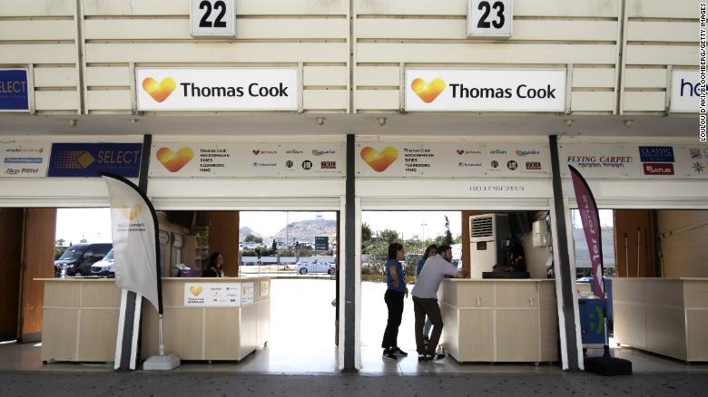 Wisatawan di kios Thomas Cook di Bandara Internasional Heraklion di pulau Kreta, Yunani pada September 2019.