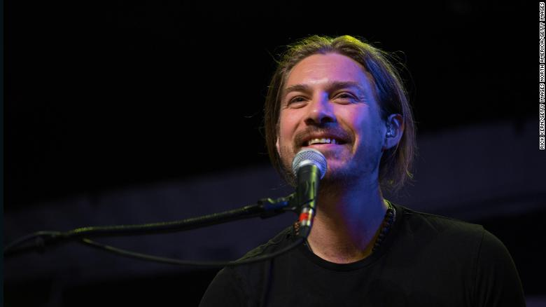 Taylor Hanson and wife announce they are expecting seventh child