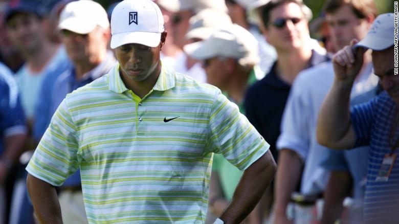 Woods menggantung kepalanya setelah melakukan pukulan keras di lubang ke-15 selama putaran pembukaan AS Terbuka 2006.