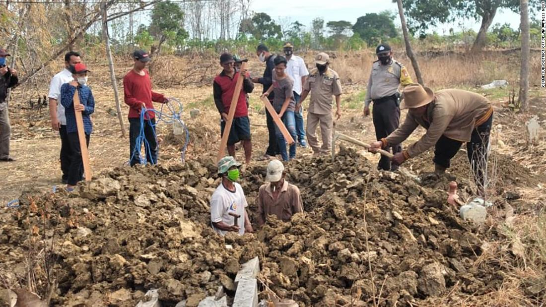 Indonesians caught without a mask forced to dig graves for Covid-19 victims