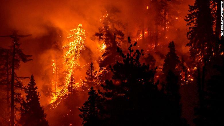 9月17日星期四,山猫大火继续在加利福尼亚州Azusa以北的安吉利斯国家森林中燃烧。