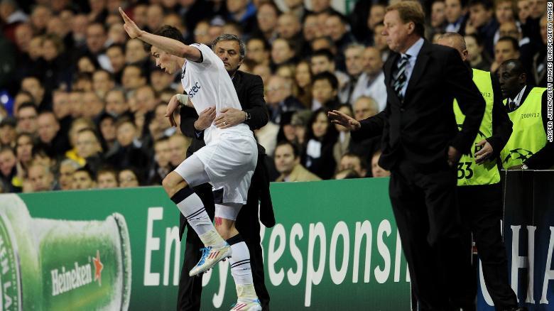 Jose Mourinho memegang Gareth Bale selama perempat final Liga Champions tahun 2011.