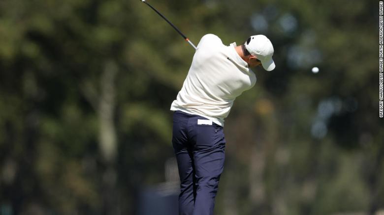 Rory McIlroy dari Irlandia Utara memainkan tembakannya dari tee kedua selama putaran ketiga di Winged Foot Golf Club dalam perjalanannya menjadi dua di bawah 68.
