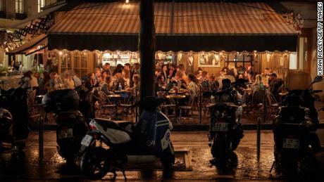 Kunden drängen sich am Mittwoch in ein Pariser Café, als die französische Regierung bekannt gab, dass alle Bars in der Stadt ab Montag schließen.  22.00 Uhr