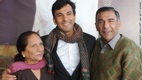 La famille est très importante pour Vikas Khanna, vu ici avec sa mère Bindu Khanna et son père Davinder Khanna en 2012.