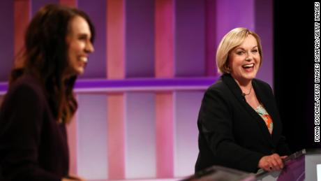 Le leader national Judith Collins (à droite) et le Premier ministre Jacinda Ardern (à gauche) au cours des premiers dirigeants & # 39; débat le 22 septembre à Auckland, Nouvelle-Zélande.