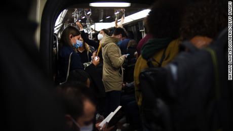 Los viajeros empacan un tren del metro en la hora pico de la mañana del 28 de septiembre en París.