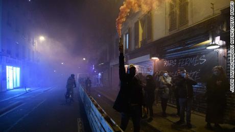 Los propietarios de bares y restaurantes parisinos se manifiestan contra las nuevas restricciones el 28 de septiembre colgando pancartas frente a sus lugares.