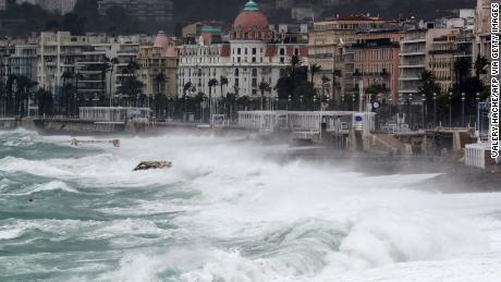 La tempête a ravagé plusieurs villages autour de la ville française de Nice.