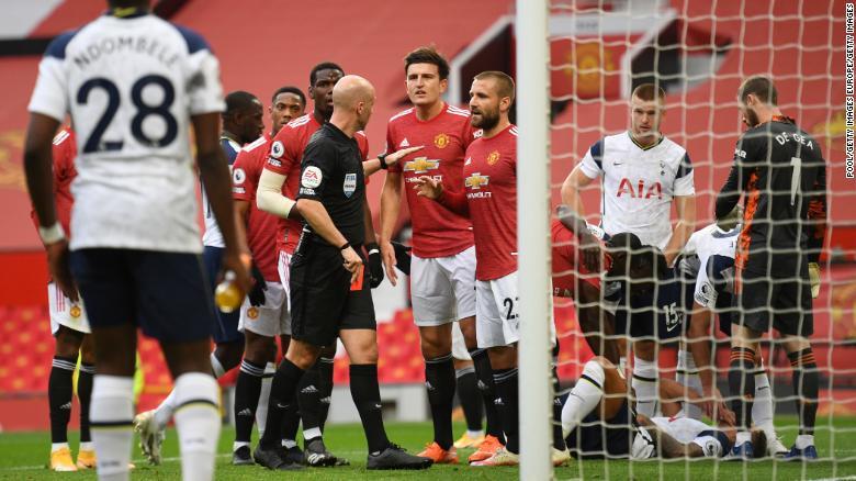 Энтони Тейлор показывает игроку «Манчестер Юнайтед» Энтони Марсьялу красную карточку.