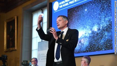 Ulf Danielsson, miembro de la Real Academia de Ciencias de Suecia, habla en una conferencia de prensa tras el anuncio en Estocolmo, Suecia, el 6 de octubre.
