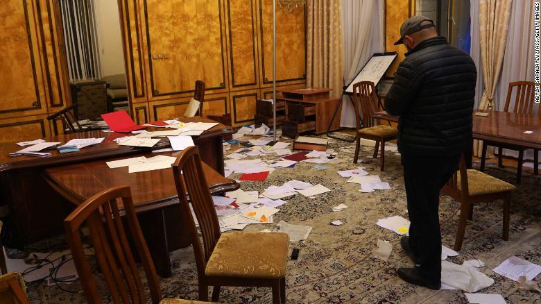 Документы разбросаны по комнате в Белом доме после того, как ее обыскали протестующие.