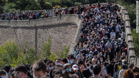 ما هي العدوى؟  مع زيادة الرحلات خلال أسبوع العطلة ، يتدفق الناس على سور الصين العظيم