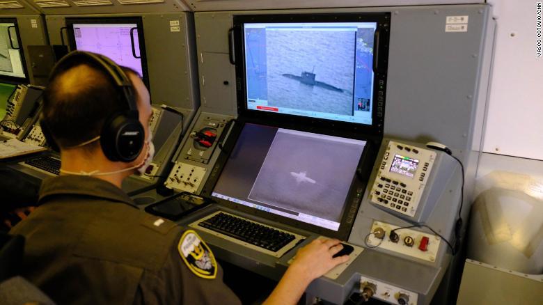 Военнослужащий ВМС США использует камеру P-8A для отслеживания российской подводной лодки класса Kilo, которая плывет по Черному морю.