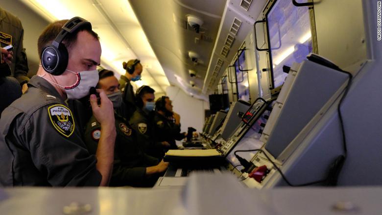 Экипаж P-8A ВМС США использует камеры и радар самолета, чтобы прочесать Черное море в поисках неопознанных объектов, в том числе российских самолетов и военных кораблей.  Во время полета они обнаружили 10 российских военных кораблей и семь самолетов.