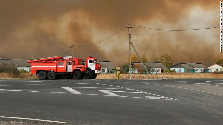 Дым поднимается после пожара на арсенале в Рязанской области в среду.