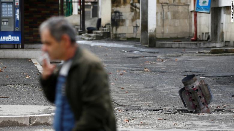 После недавнего обстрела во время конфликта в сепаратистском Нагорном Карабахе в Степанакерте 7 октября обнаружен корпус ракеты.