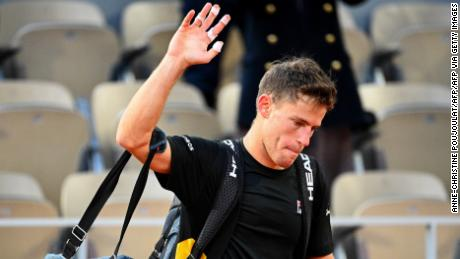 Schwartzman leaves the court after his defeat by Nadal.