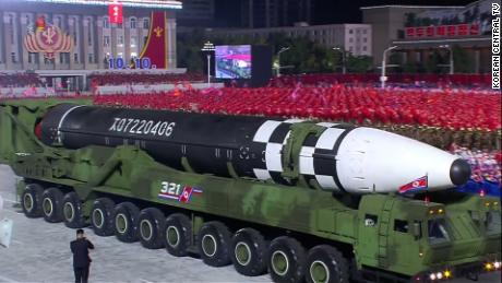 Corea del Norte dio a conocer lo que los analistas creen que es el misil balístico intercontinental de combustible líquido más grande del mundo en un desfile en Pyongyang la madrugada del sábado.