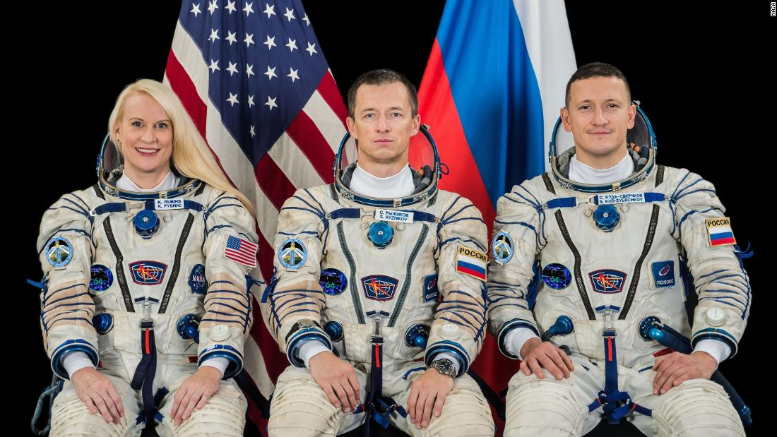 NASA astronaut, Russian cosmonauts prepare for launch to space station