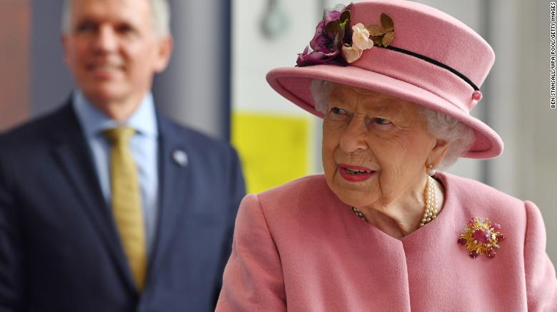 Queen Elizabeth has her first royal engagement in months — but doesn't wear a mask
