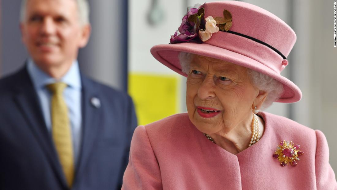 Queen Elizabeth has her first royal engagement in months -- but doesn't wear a mask