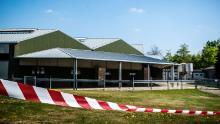 La cinta de barrera acordona los edificios de una granja de visones en Beek en Donk, al este de los Países Bajos, el 26 de abril, después de que las pruebas mostraran que los animales habían sido infectados con Covid-19.