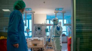 Healthcare workers wearing personal protective equipment (PPE) care for Covid-19 patients in an intensive care unit (ICU) at Thomayer hospital on October 14, 2020 in Prague. - The Czech Republic has the European Union's highest rate of coronavirus infection, according to the European Centre for Disease Prevention and Control. (Photo by Michal Cizek / AFP) (Photo by MICHAL CIZEK/AFP via Getty Images)