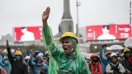 Les manifestants assistent à un rassemblement le 18 octobre 2020 à Bangkok, en Thaïlande.