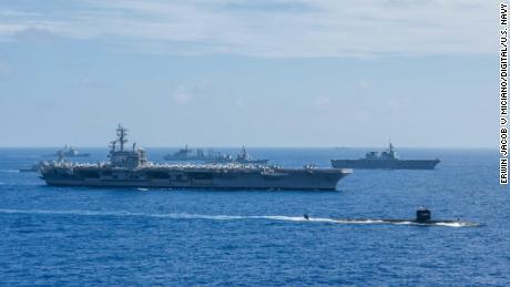 Lode indického námorníctva, japonských námorných síl sebaobrany (JMSDF) a amerického námorníctva vo formácii počas Malabaru 2018.