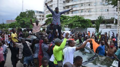 Les manifestants se rassemblent au secrétariat d'Alausa à Ikeja, dans l'État de Lagos.