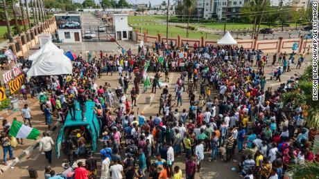 Les manifestants se rassemblent devant Alausa, le Secrétariat d'État de Lagos.