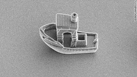 A boat has been 3D-printed by Leiden physicists Rachel Doherty, Daniela Kraft and colleagues. From prow to stern it measures 30 micrometers, about a third of the thickness of a hair.