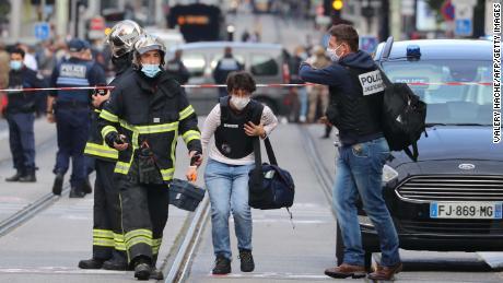 Oficiales forenses franceses llegan al lugar de un ataque con cuchillo en Niza el 29 de octubre